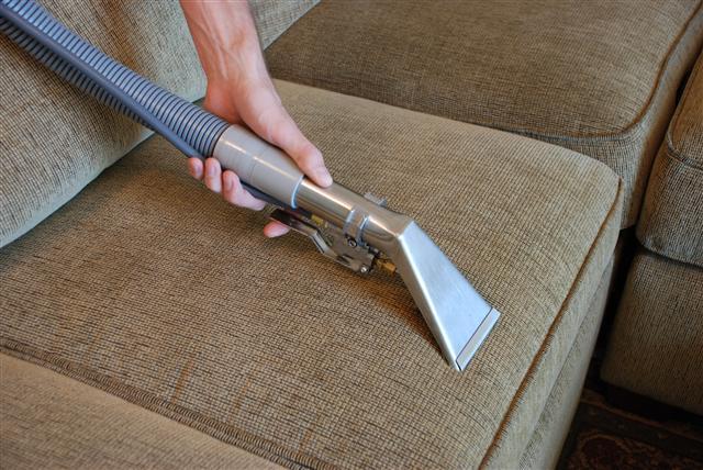 Как вычистить мягкую мебель своими 16